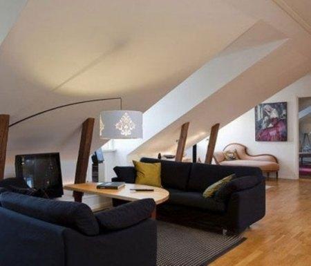 客厅斜屋顶装修效果图:利用阁楼倾斜的角度,放上两个沙发,依然变成极