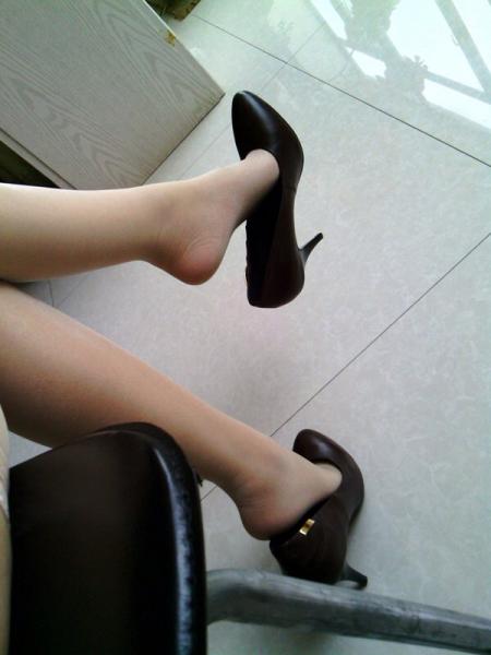 丝袜高跟射狼_我每天都要穿肉色丝袜和黑单鞋.跟都只有1-3厘米,但脚
