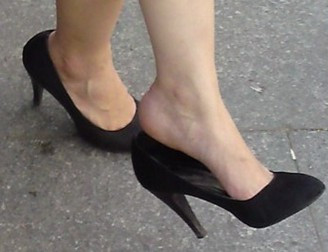 为什么很多穿高跟鞋的女人