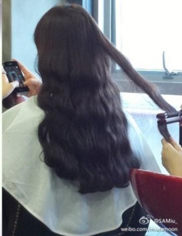 请问女生的头发不是很长,肩膀下面一尺的样子,现在是直发,想弄
