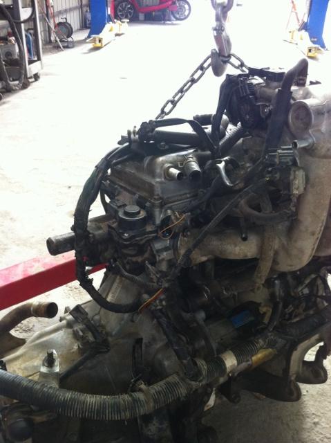 北斗星汽车发动机节温器旁边的元件是什么 有拳头那么大,上端是黑色高清图片