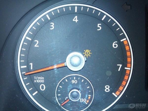 新帕萨特,仪表盘中间有个像灯泡一样的警示灯常亮高清图片