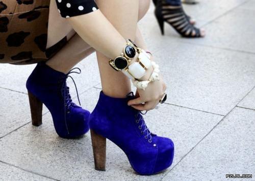 女生蹲下高跟鞋头像