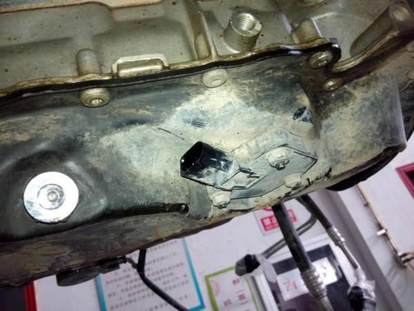 油低壳上有一个传感器,该传感器是机油液位和机油温度传感器,它高清图片